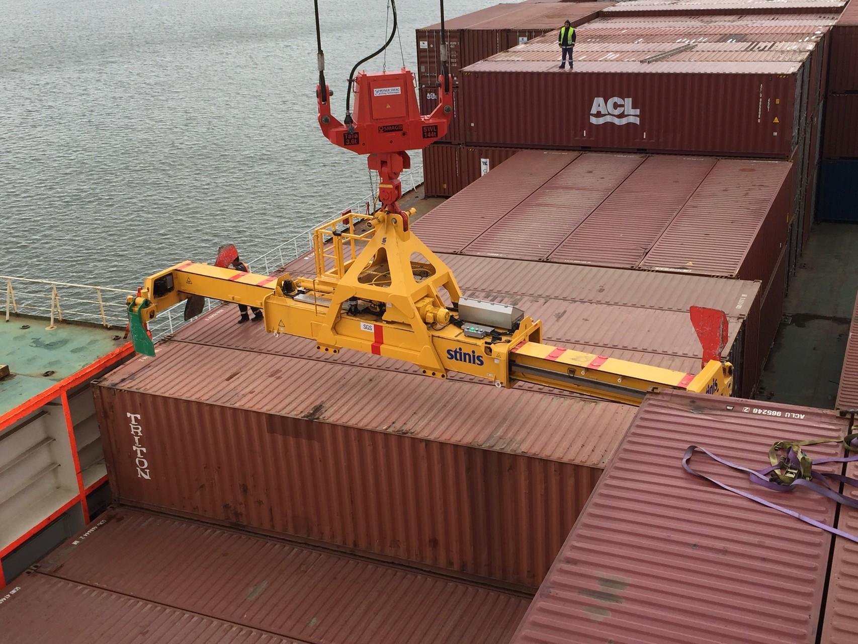 Container entladen auf Deck....
