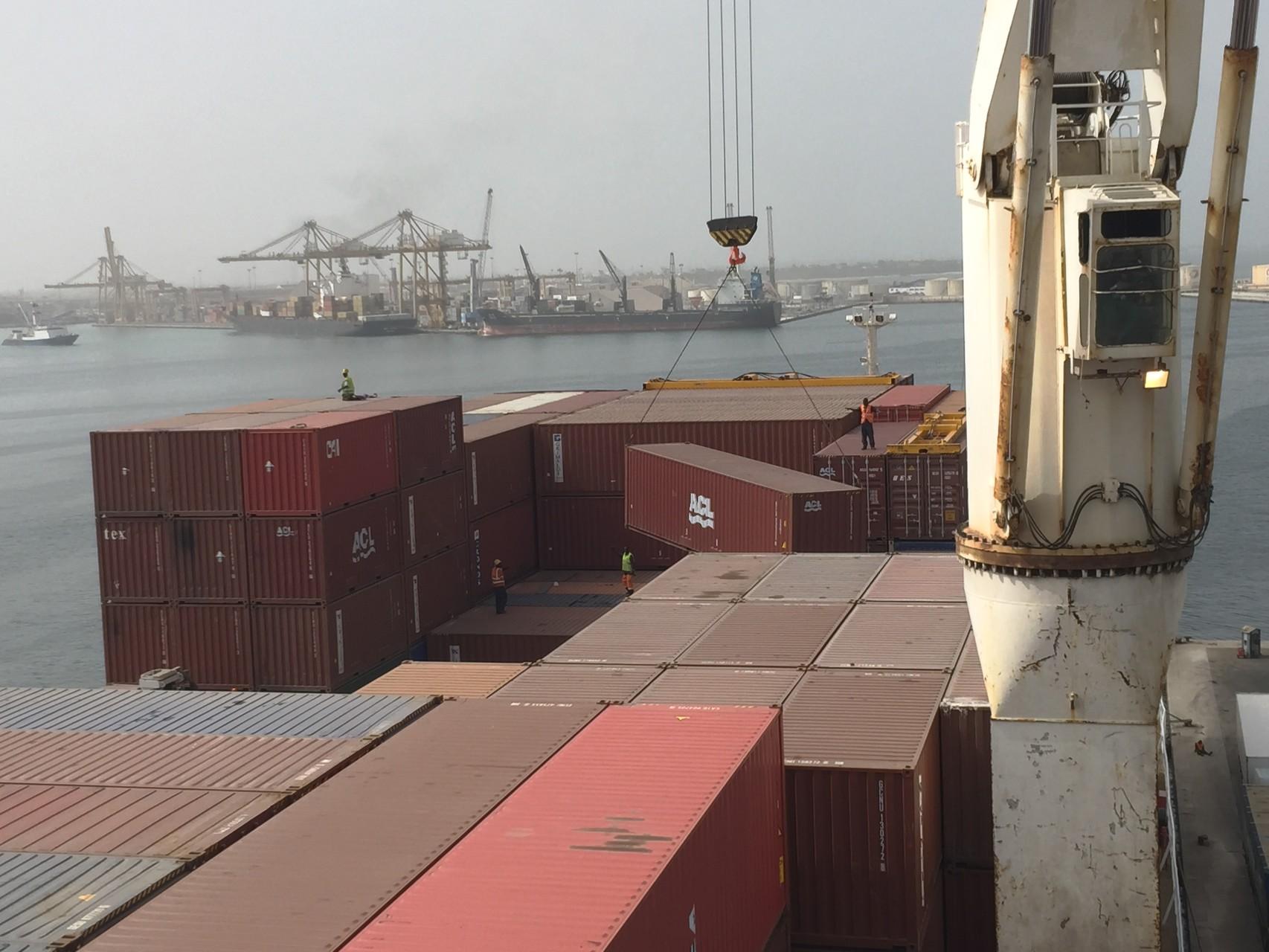 Entladen der Container vom Schiff