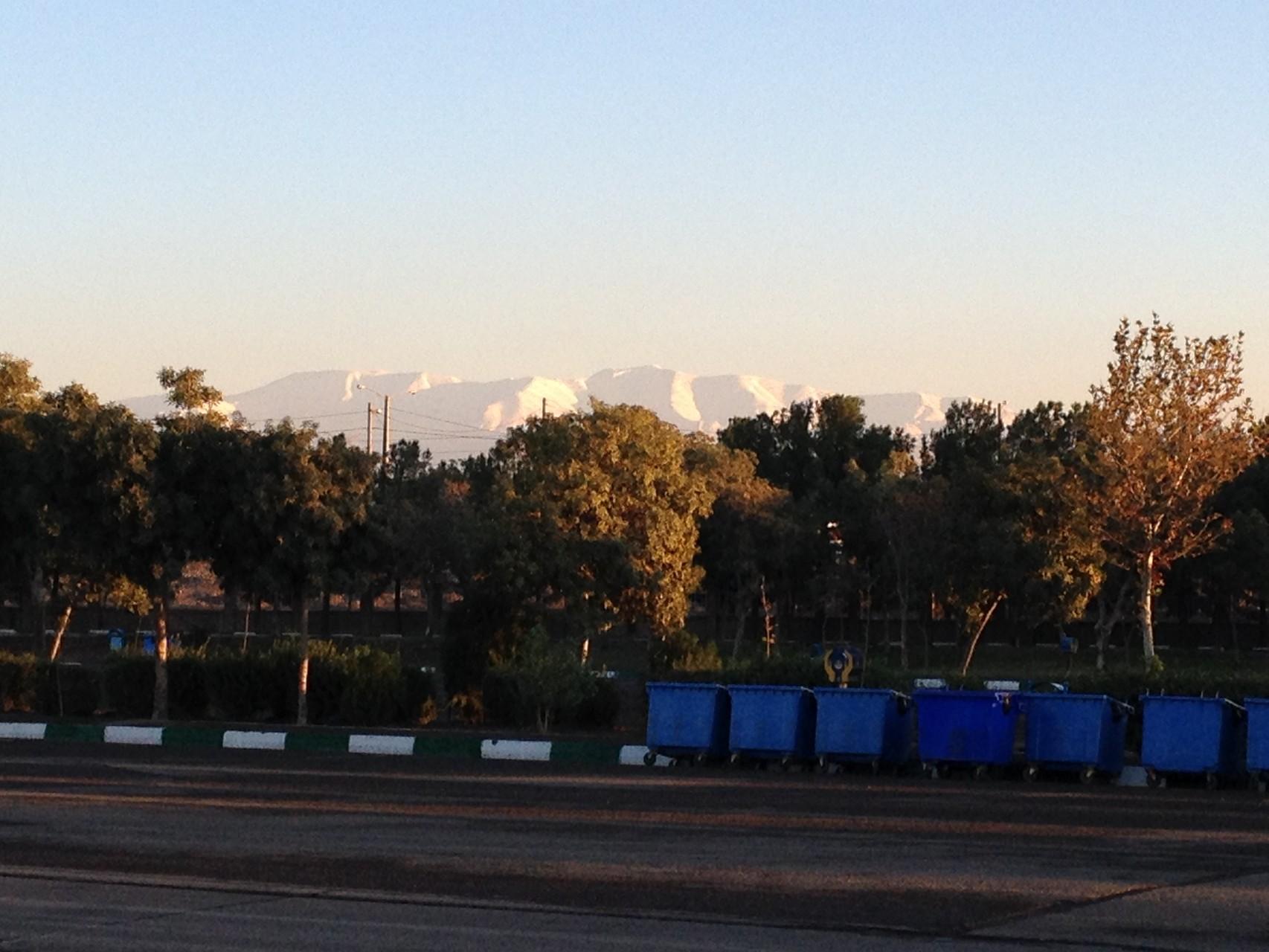 verschneite Berge hinter Teheran