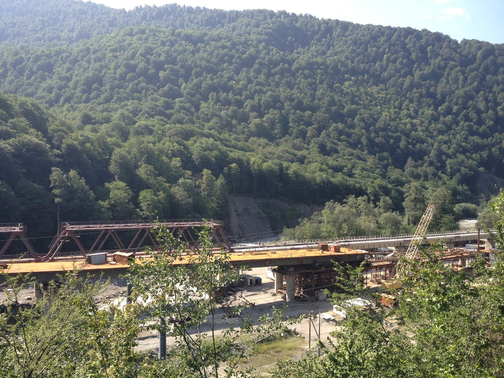 Autobahn- und Eisenbahnviadukt über dem Fluss