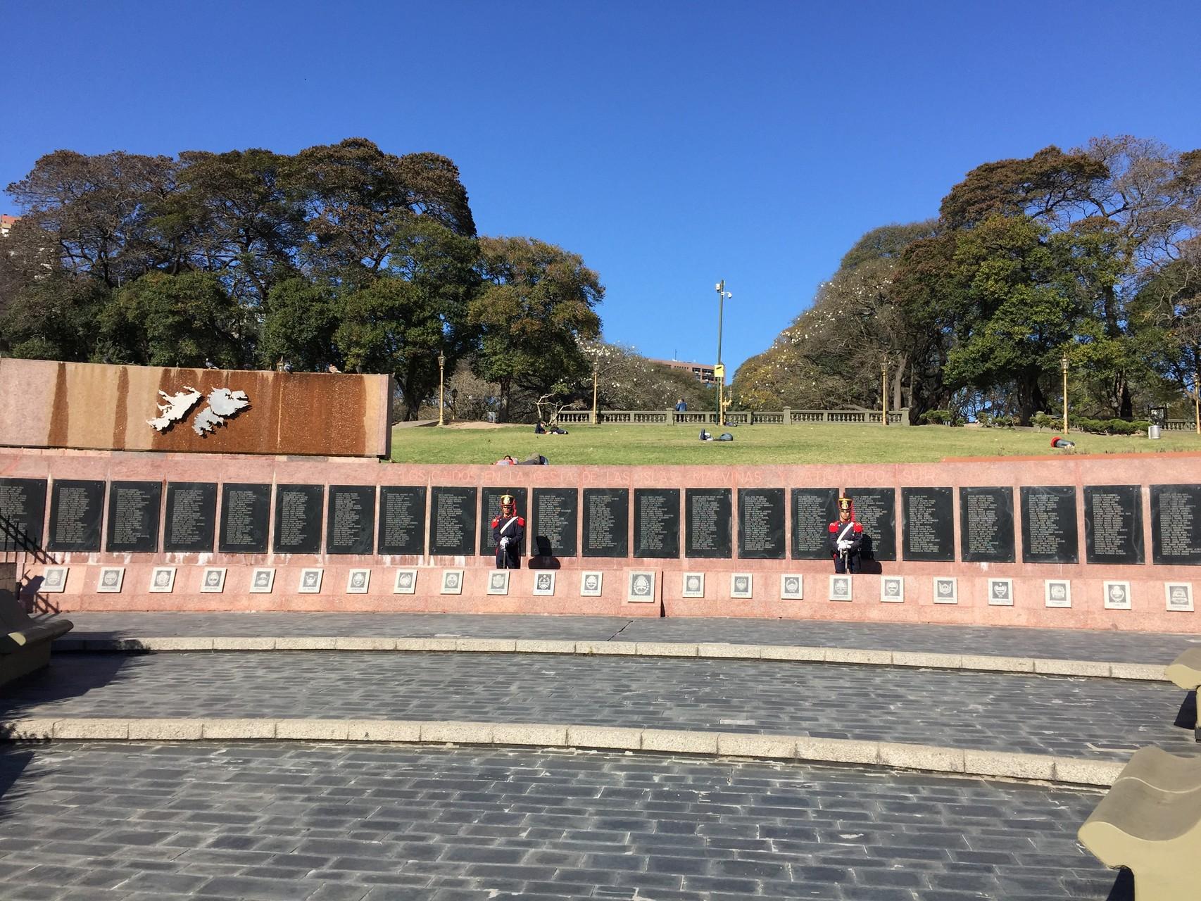 ... und daneben ein Denkmal für den Falllandkrieg
