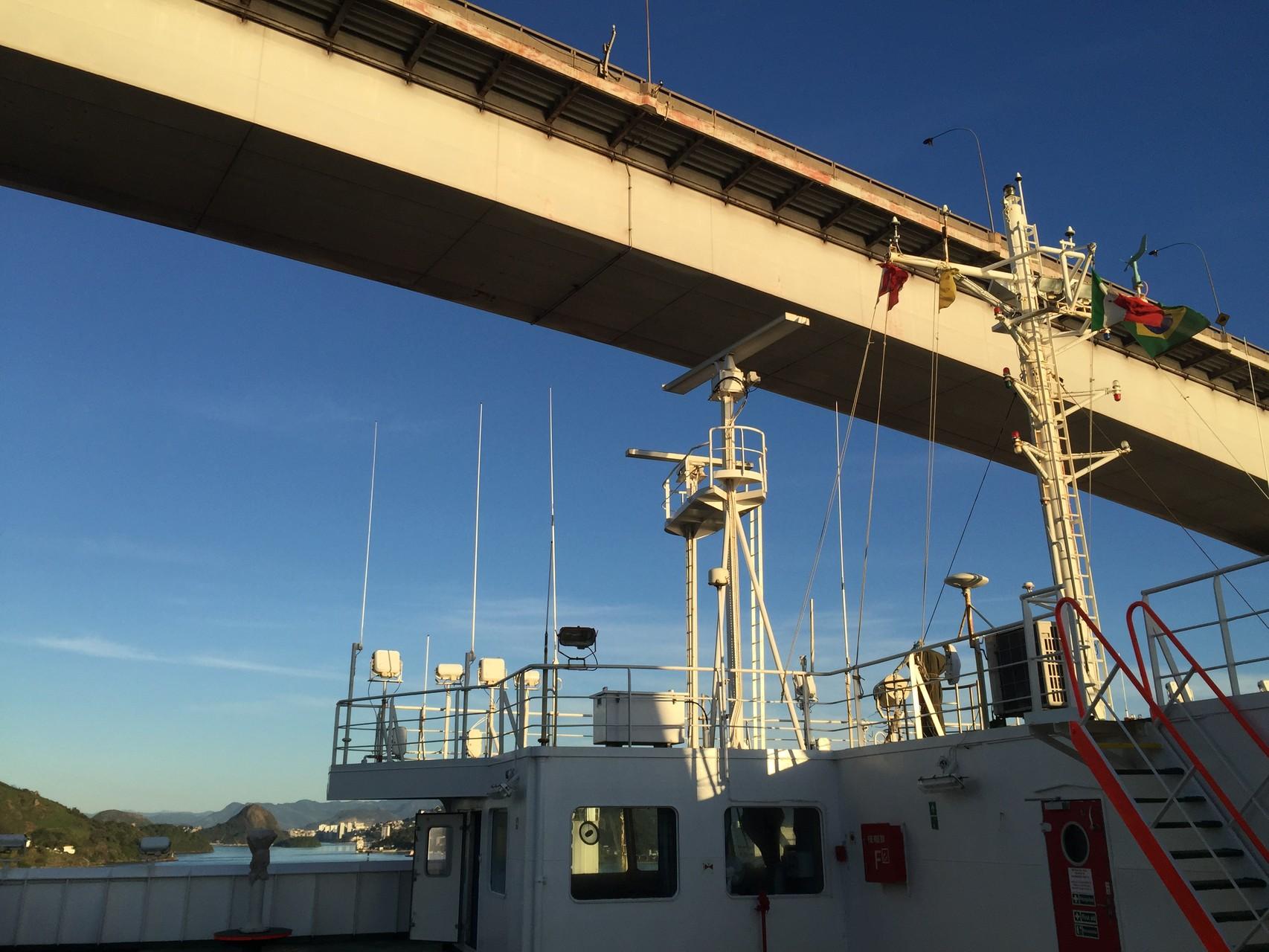 Ob es reicht unter der Brücke durchzukommen?