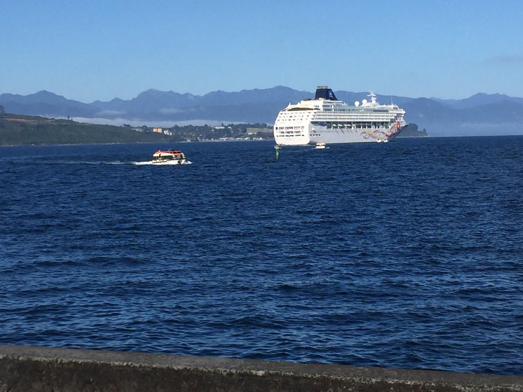 Kreuzschiff in der Bucht von Puerto Montt