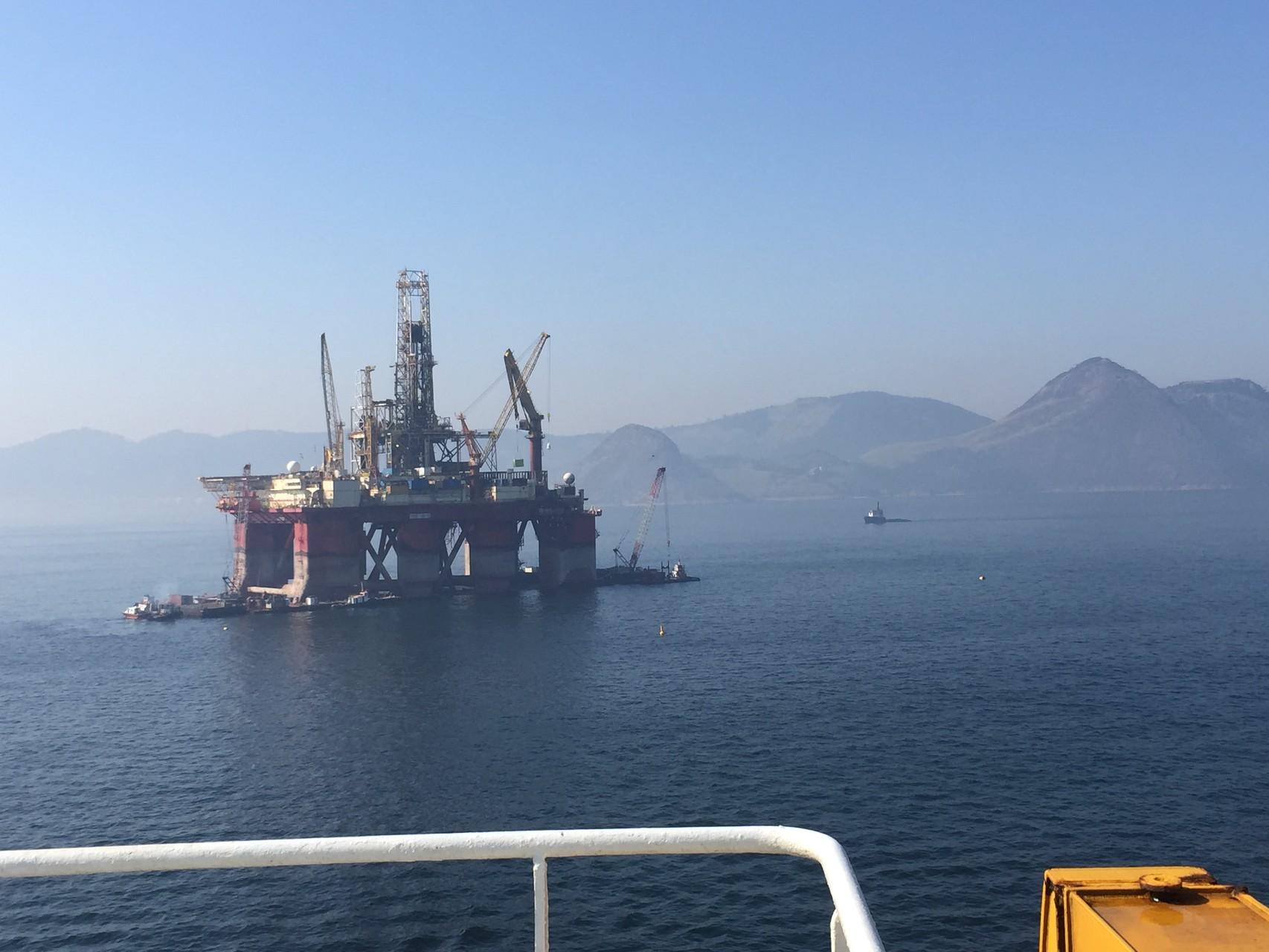 Vorbei an einem Ölturm