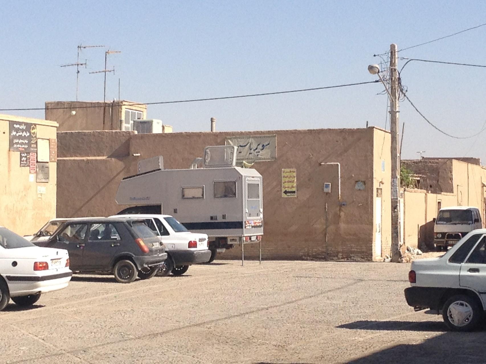 Stellplatz vor dem Hotel in Yazd