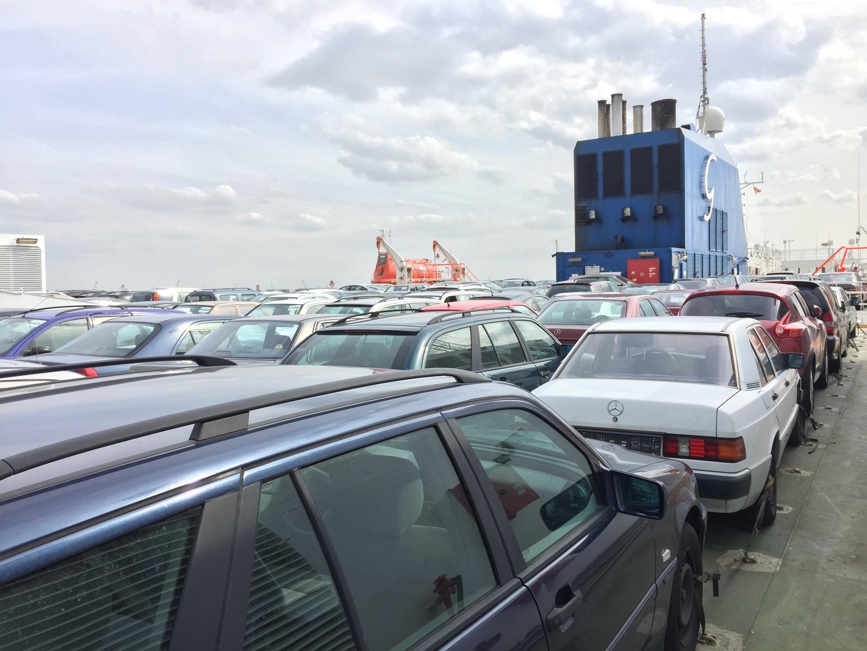alte Autos auf Deck bis Dakar