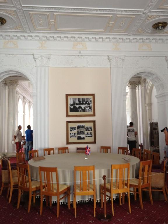 An diesem Tisch sassen Roosevelt, Churchill und Stalin