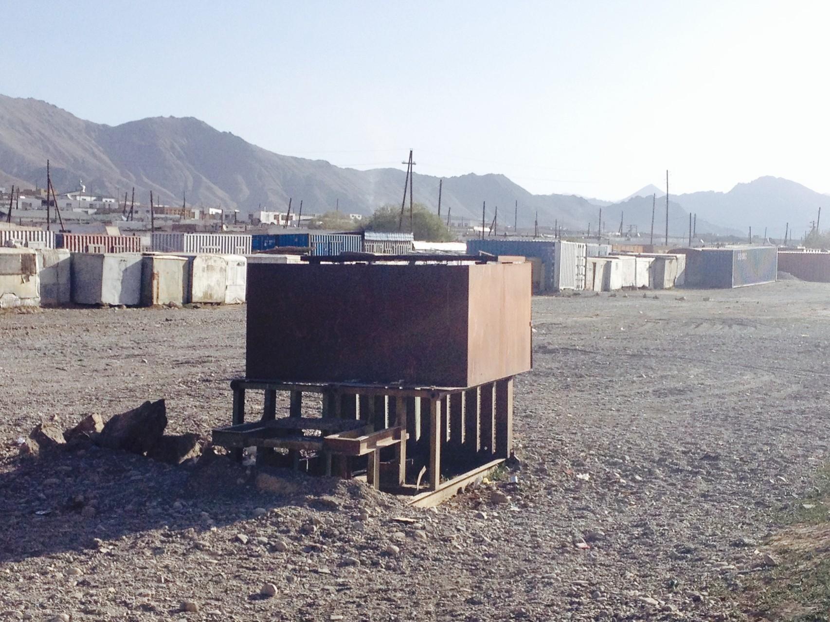 Hinten Container vom Markt, vorne Abfallentsorgung