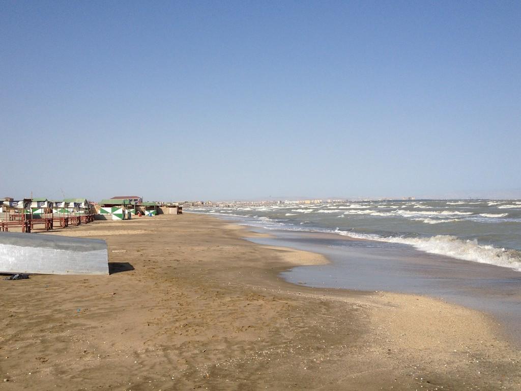 Verlassene Beach in der Nähe Baku....