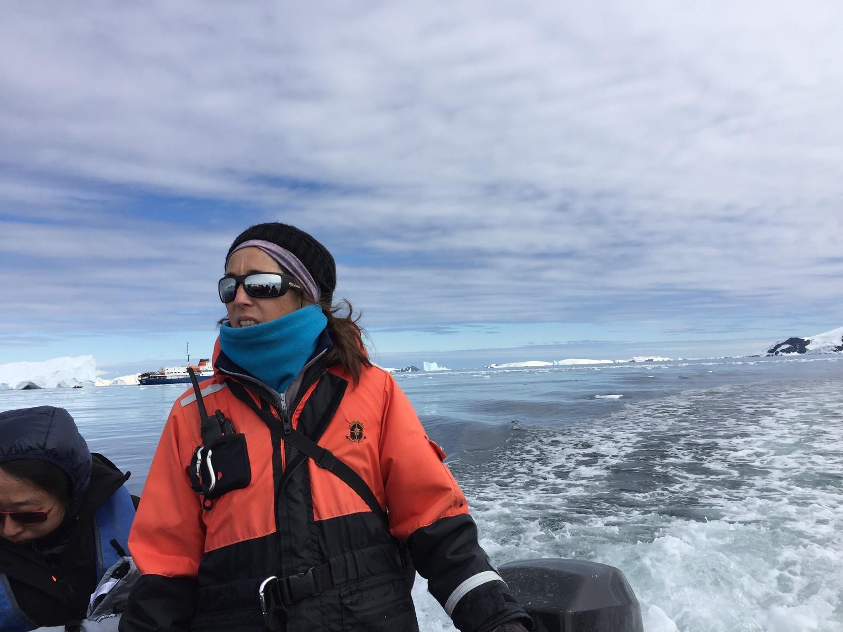 Zodiacfahrt mit Expeditionsleiterin im Cierva Cove