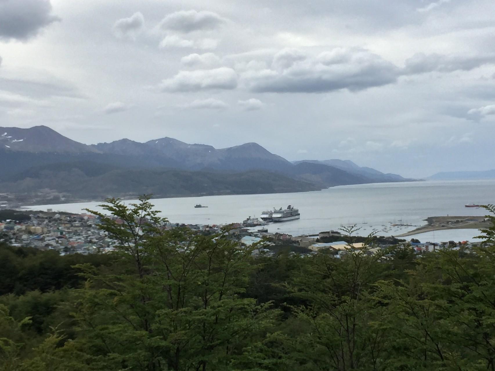 Der Hafen von Ushuaia mit Kreuzfahrtschiffen