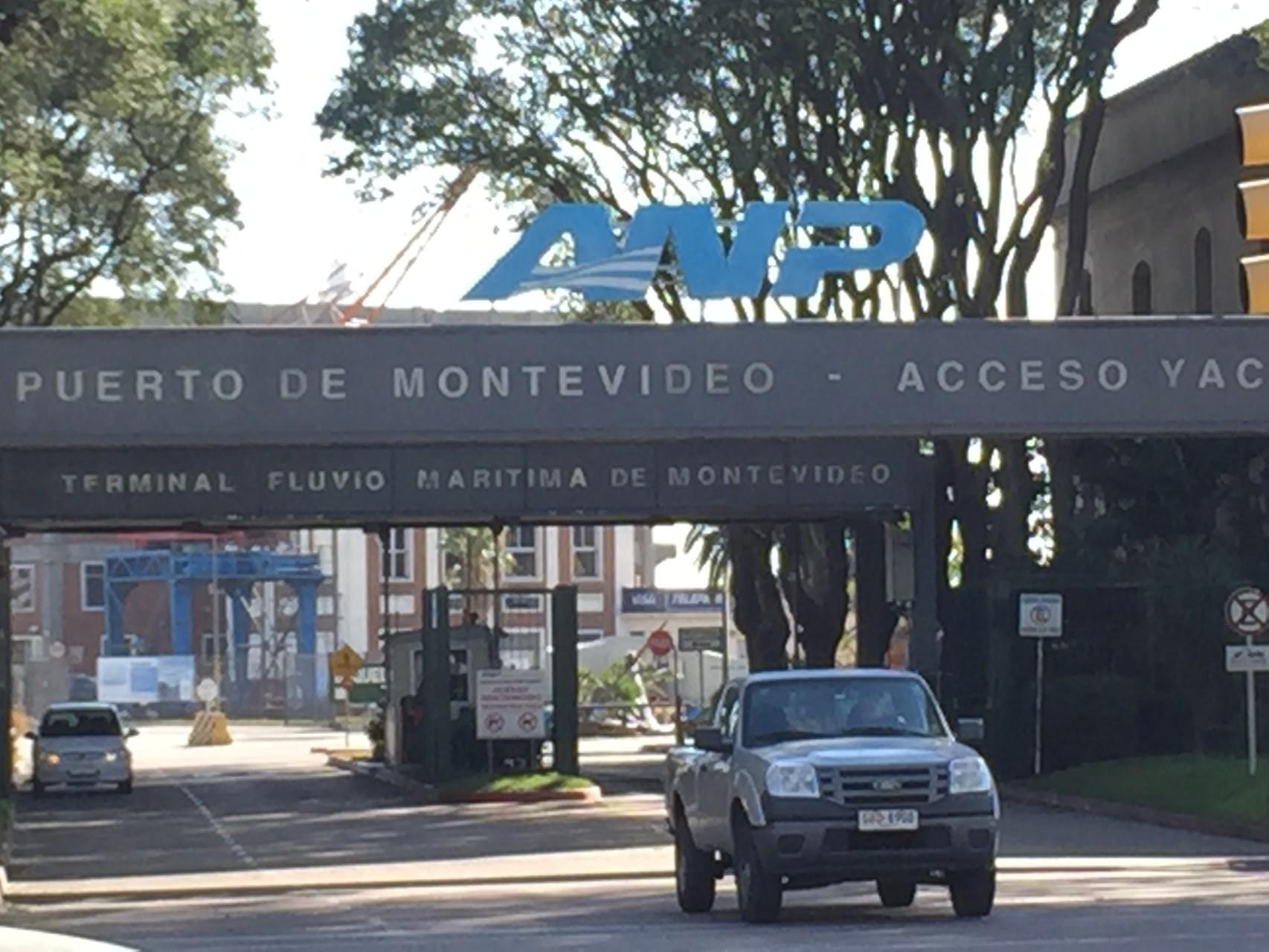 Ausfahrt aus dem Hafen von Montevideo