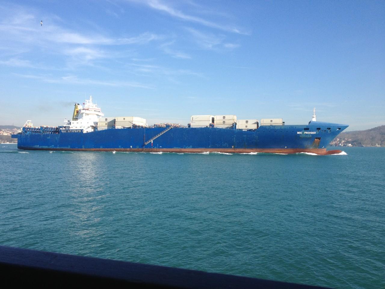 in Kolonnen fahren die Schiffe durch den Bosporuns