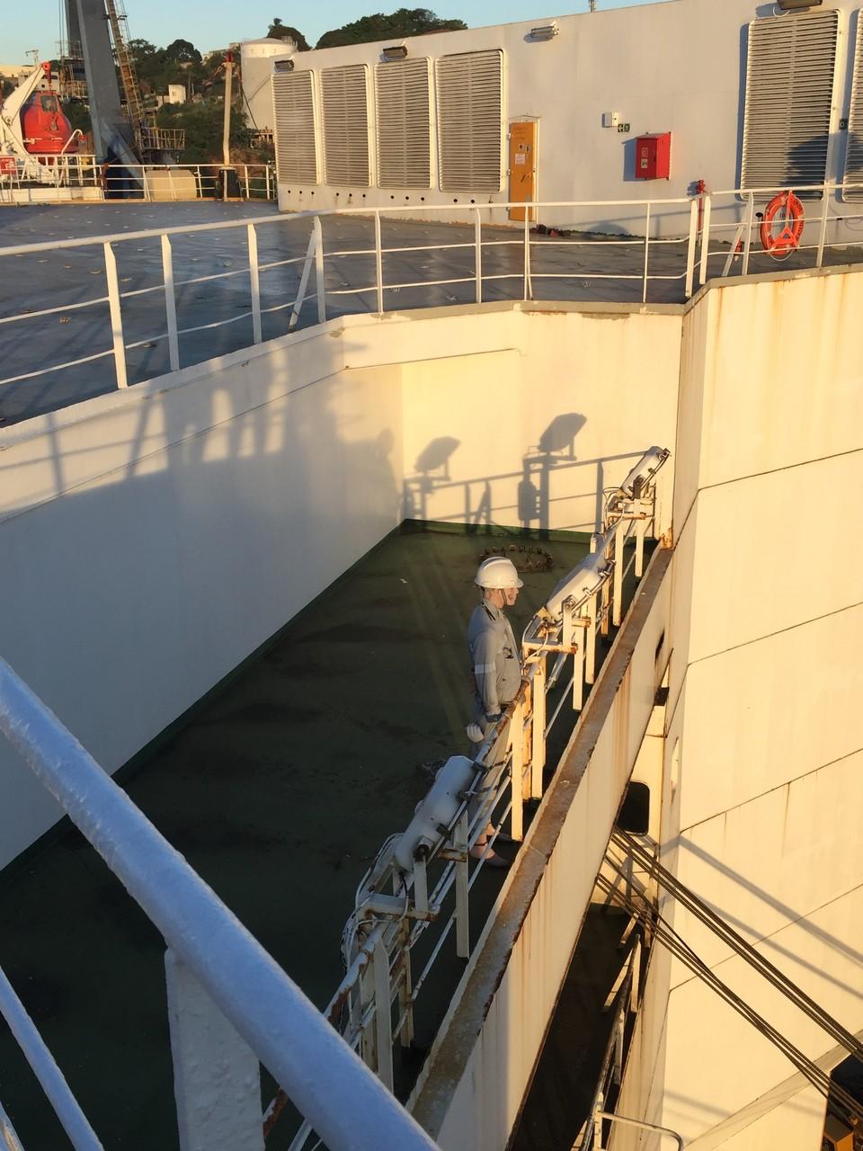 Am Heck bewacht Charly, unser Maskottchen, das Schiff
