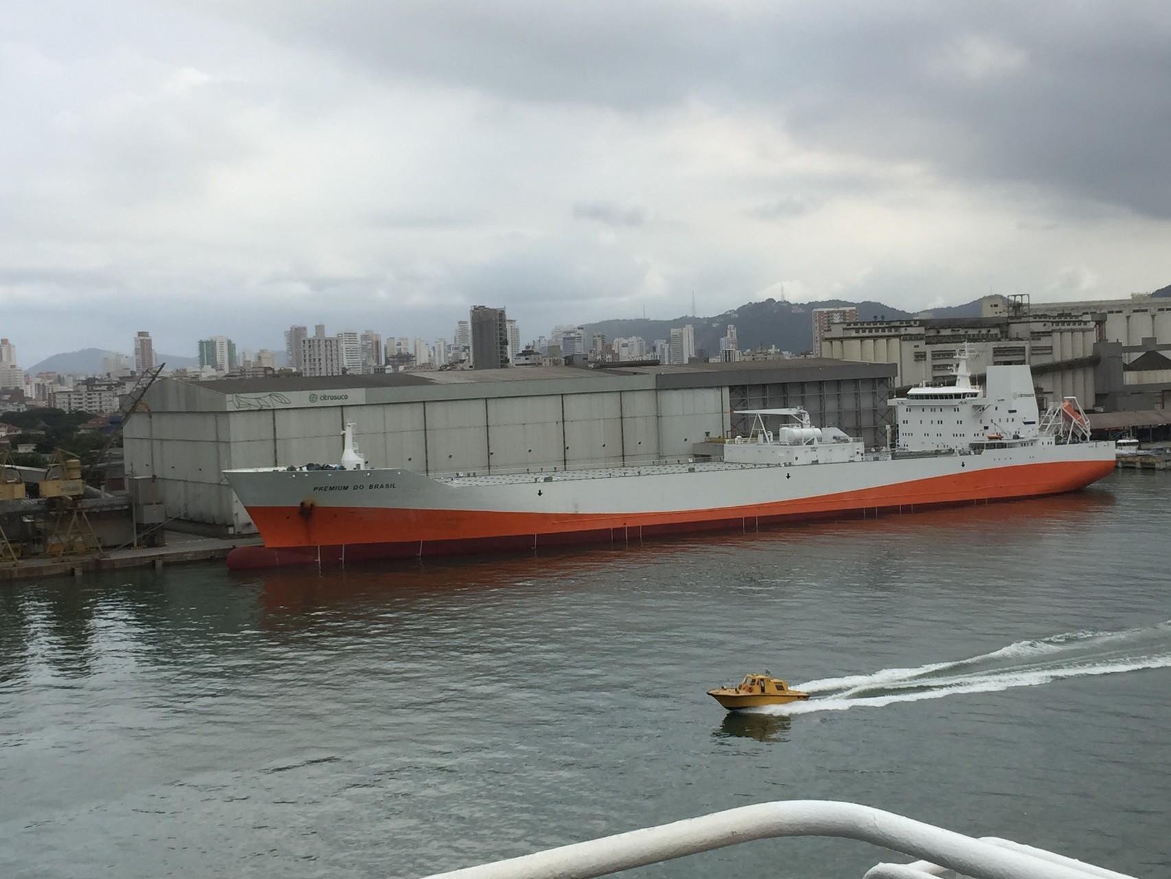 Hafenausfahrt Santos. Schiff geladen mit Orangenkonzentrat