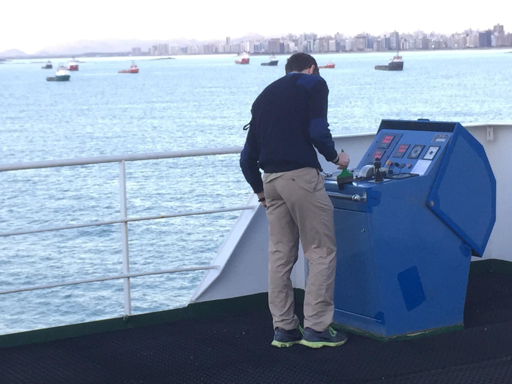 Der 1. Offizier bereitet die Aussensteuerung vor für die Hafeneinfahrt