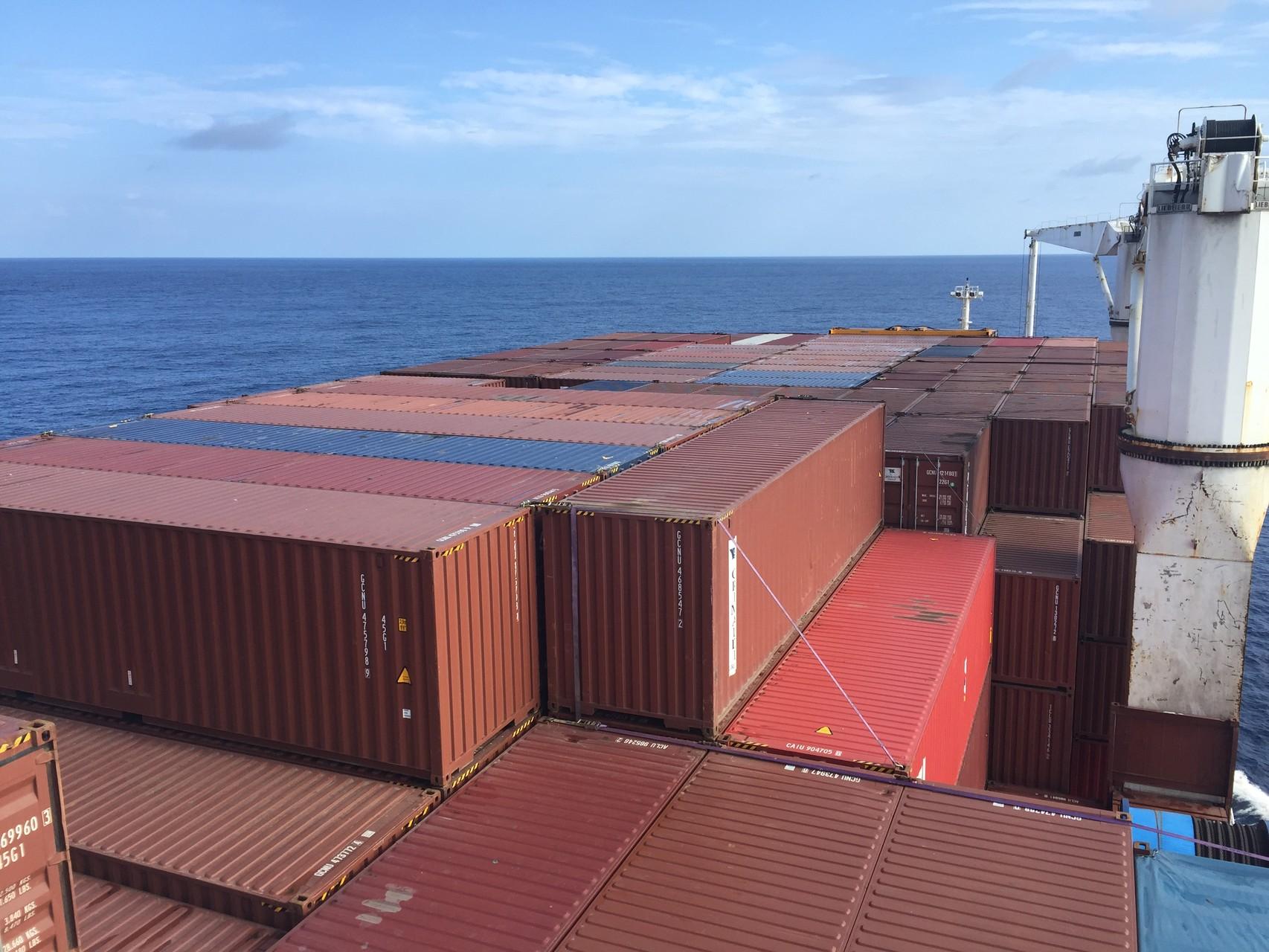 Voll beladen mit Containern auf dem Deck