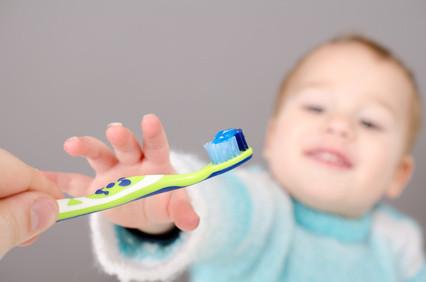 Mit dem Baby Zähneputzen üben