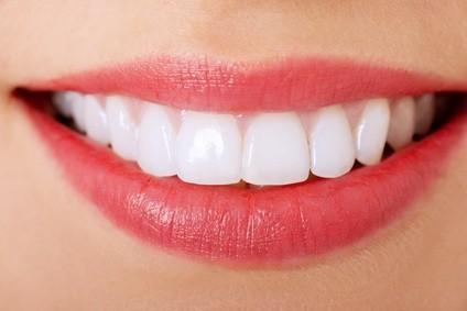 Lebensqualität: Mit Implantaten kann man beißen und kauen wie mit eigenen Zähnen.