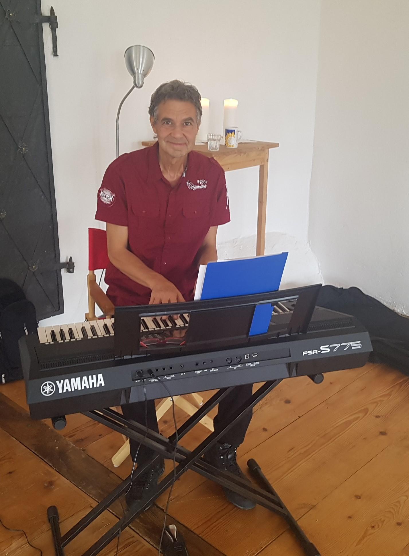Frank am Klavier mit Entspannungsmusik