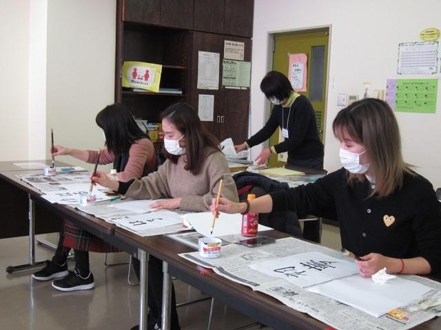 日本語教室(昼)(にほんごきょうしつ  ひる)は、新年恒例(しんねんこうれい)の書初(かきぞ)めから!