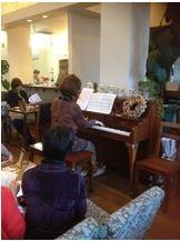 ピアノの奏でインド式ヘッドケアの様子