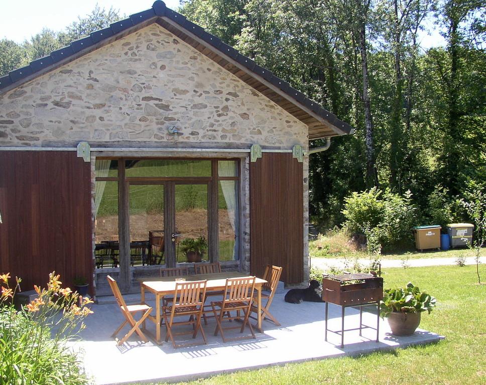 La terrasse avec table, chaises, BBQ et accès plein pied, permet de manger dehors et de se reposer au bon air de la campagen