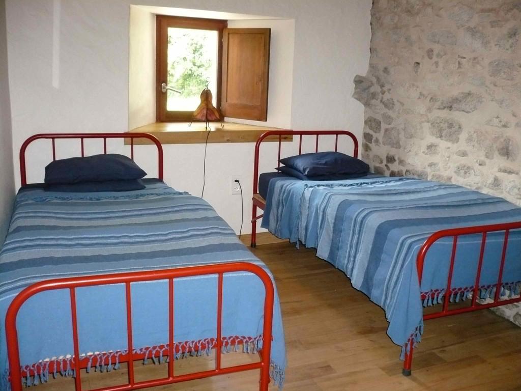 Chambre avec deux lits de 90 et meubles de rangement