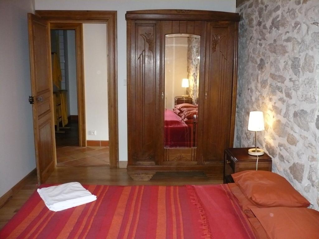 Chambre avec lit de 140 et meubles de rangement