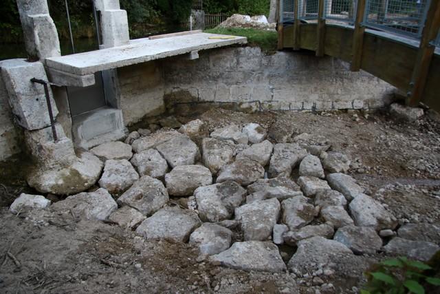 Remise de pierre à l'entrée de la vanne