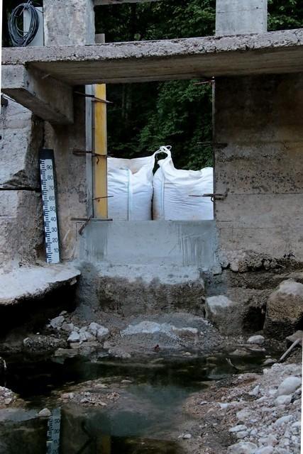 l'ancien dispositif de la vanne à été enlever et  la pierre nettoyer