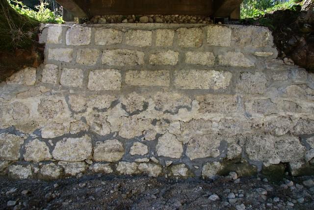 Scellement des pierres sous la passerelle