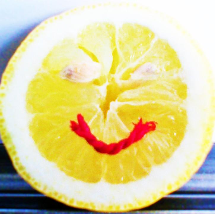 Eine aufgeschnittene Zitrone - erfrischende Impulse für Sie und Ihr Team und aufleben, anstatt sich sauer fahren zu lassen!