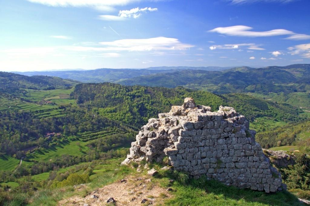 Point de vue des ruines de Rochebloine à Nozières