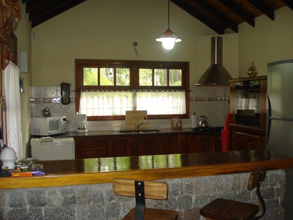 Living alquilo casa en carilo for Barras de cocina comedor