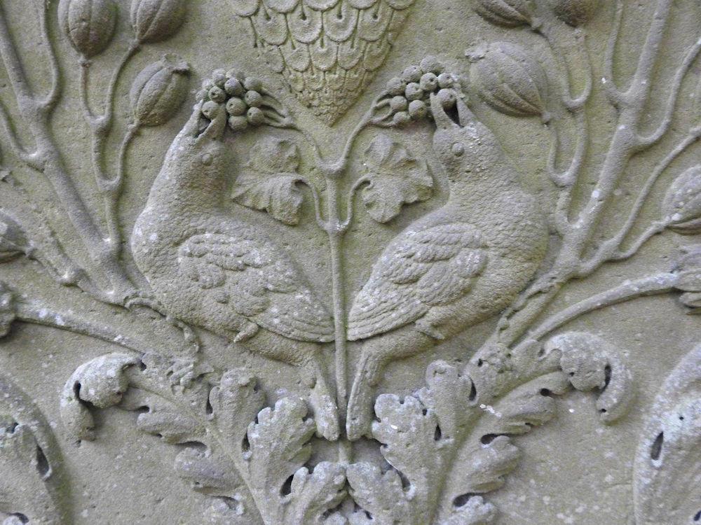 Stare auf Grabstein, Foto: C. Zimmermann