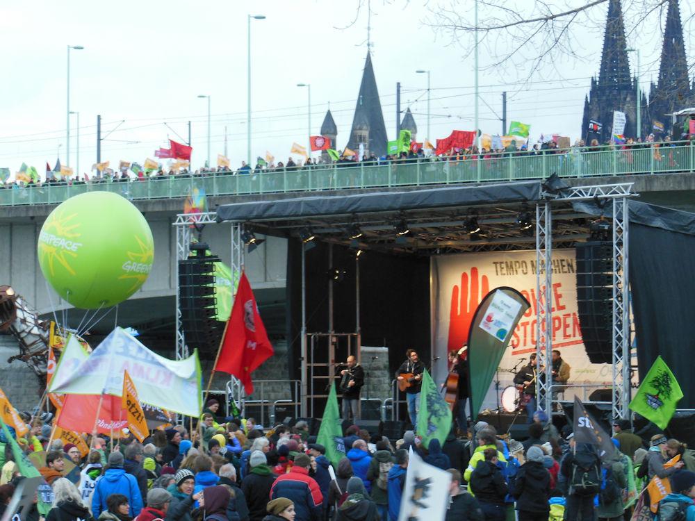 Programm auf der Bühne und Demozug auf der Brücke, Foto F. Handel
