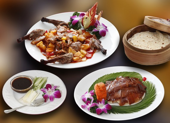 Unsere köstliche Peking Ente, serviert in 2 Gängen, ist für Sie zum Genuss bereit!