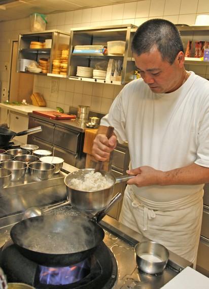 Für den Pfannkuchenteig das Mehl mit heissem Wasser mischen
