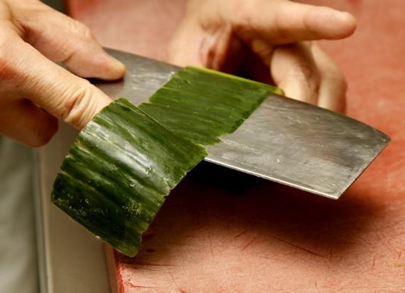 Die Gurke mit einem chinesischen Messer schälen