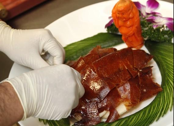 In Stücke geschnitten die Haut auf einem dekorierten Teller anrichten