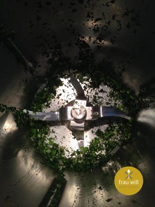 Die Petersilie, den Basilikum und die Knoblauchzehe fein hacken