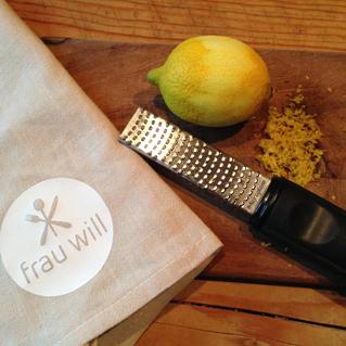 Die Schale der Zitrone fein abreiben und zur Seite stellen. Die Zitrone auspressen