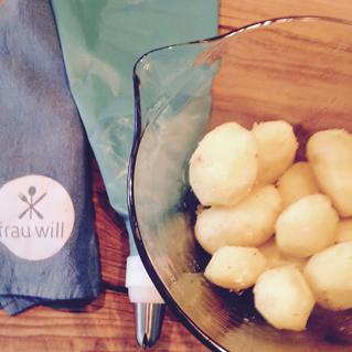 Die Kartoffeln kochen und pellen