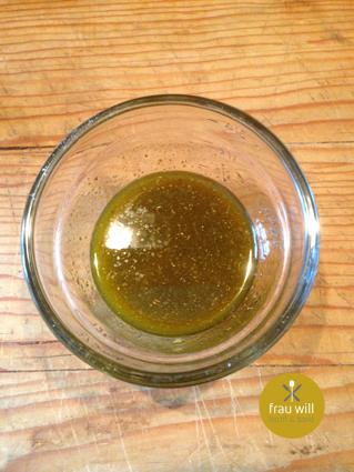 Den Knoblauch in das Öl pressen und alles mit den Gewürzen vermischen