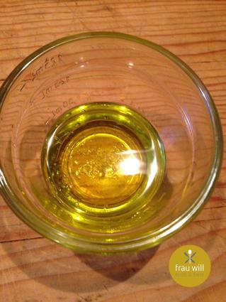 20 g Olivenöl mit 20 g Wasser mischen