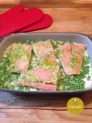 Nach 15 Minuten im Ofen den Lachs dazu geben ...