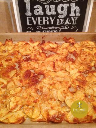 Die Kartoffeln gleichmäßig auf dem Ofenzauberer verteilen, den Rest der Parmesan-Gewürzmischung darüber streuen und für ca. 30 Minuten im Ofen garen.