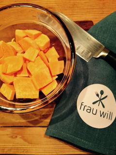 Süßkartoffel schälen, in grobe Würfel schneiden und in Salzwasser 20 Minuten kochen