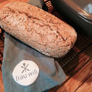 Das Brot 45 bis 60 Minuten backen, auf ein Kuchengitter geben, abkühlen lassen ...